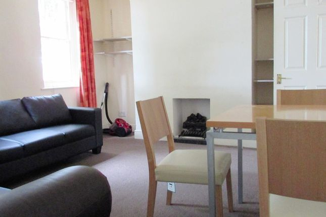 3 bed flat to rent in Manor Road, London