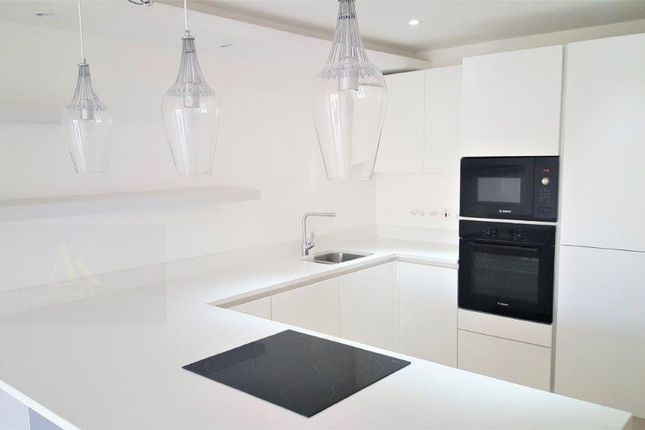Thumbnail Flat to rent in Leabank Square, London