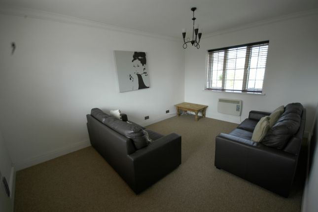 2 bed flat to rent in Greenway Road, Cardiff CF3
