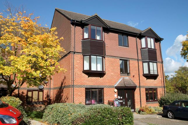 2 bed flat to rent in Foxhills, Horsell, Woking