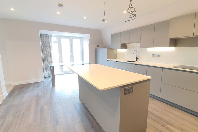 Thumbnail Flat to rent in 11 Station Road, Gerrards Cross