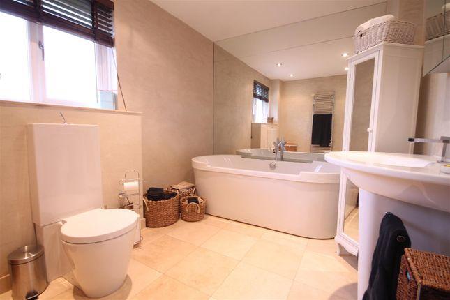 Main Bathroom of Glebe Wynd, Bothwell, Glasgow G71