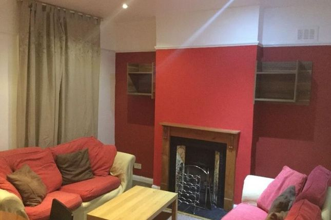 Flat to rent in Wellfield Road, London