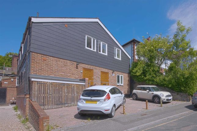 2 bed flat to rent in Crescent Road, Caterham CR3