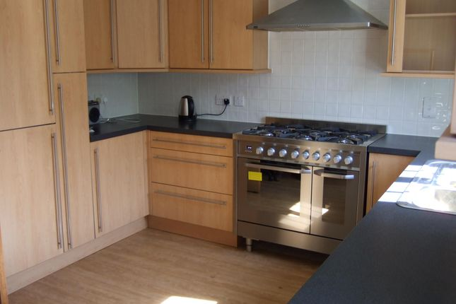 5 bed town house to rent in Dragon Road, Hatfield
