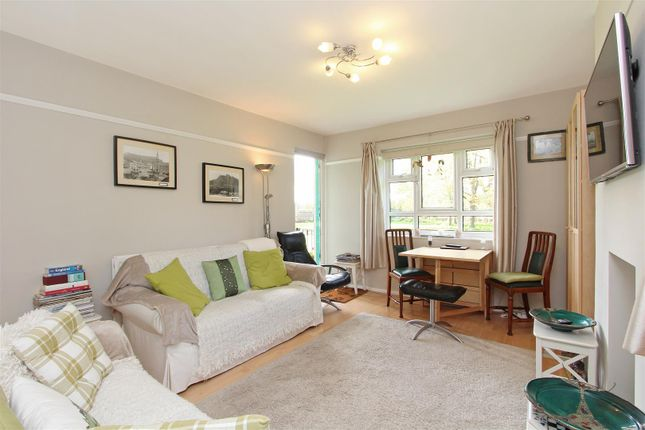 2 bed flat to rent in Horne Way, London SW15