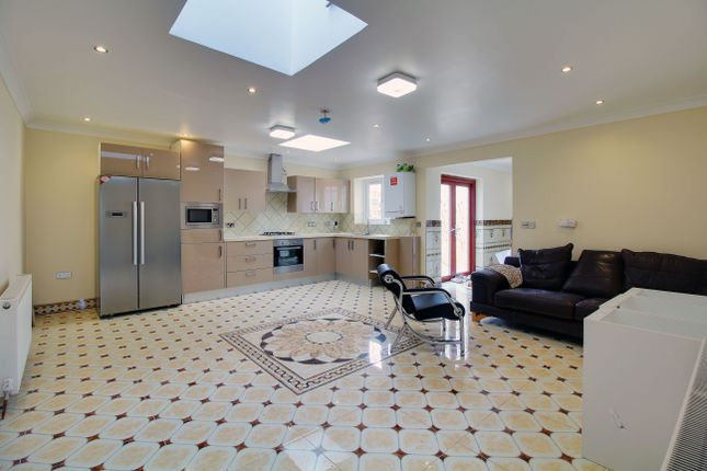 Thumbnail Detached bungalow to rent in Acacia Road, London