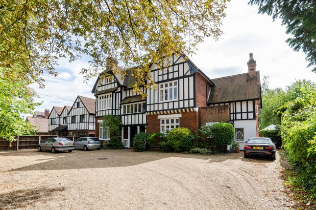 2 bed flat to rent in Beauchamp Road, East Molesey
