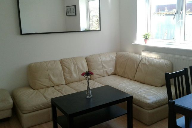 3 bed flat to rent in 92 Campbell Road, London