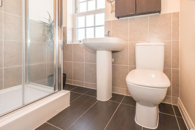 En Suite of Gleneagles Close, Great Denham, Bedford MK40