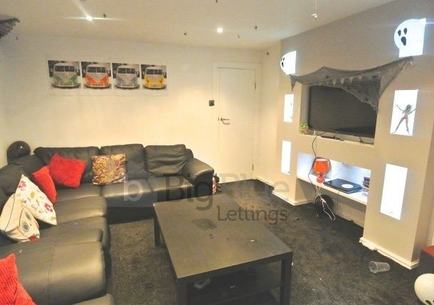 Thumbnail Terraced house to rent in 16 Chestnut Avenue, Hyde Park, Seven Bed, Leeds