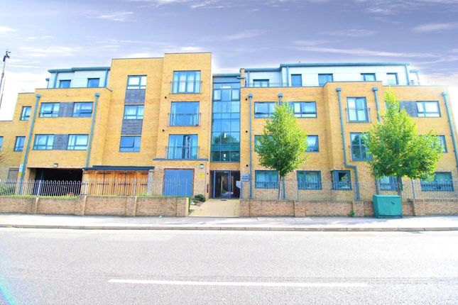 Thumbnail Flat for sale in Alana Height, Chingford