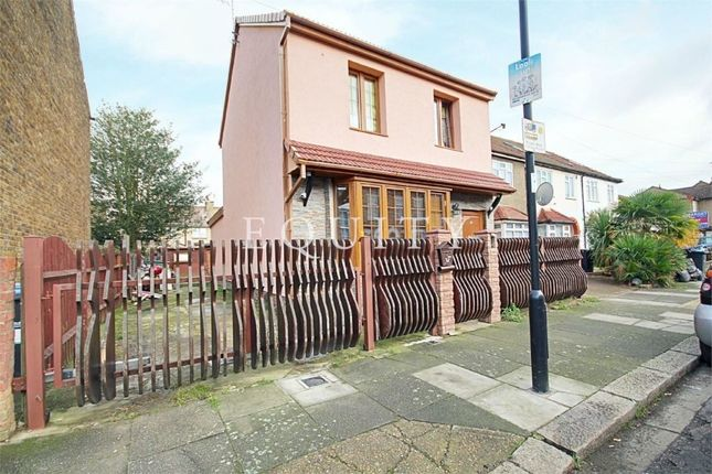 Thumbnail Detached house for sale in Oakhurst Road, Enfield