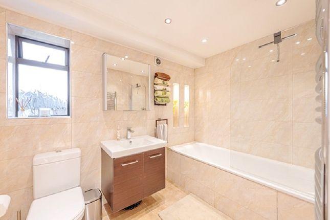 Family Bathroom of Francklyn Gardens, Edgware, Greater London. HA8