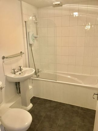 Bathroom of Mallyan Close, Hull HU8