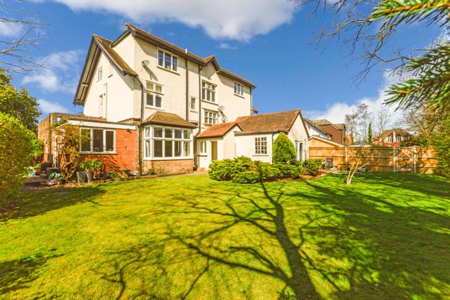 Thumbnail Flat to rent in Highfield Road, West Byfleet, Surrey