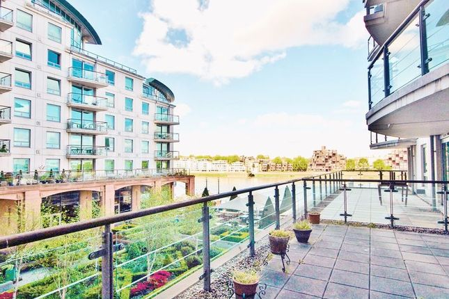 Flat to rent in Flagstaff House, St George Wharf, Vauxhall