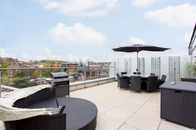 2 bed flat to rent in Oval Road, London NW1