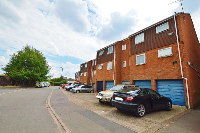 Thumbnail Studio to rent in Rochfords Gardens, Slough