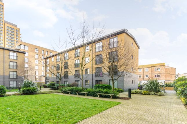 Flat to rent in Capulet Square, Bow