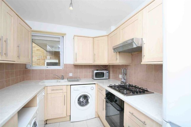 3 bed flat to rent in Albert Drive, London
