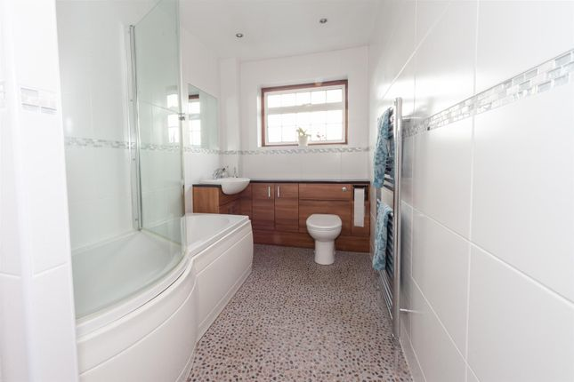 Bathroom of Stanton Road, Luton, Bedfordshire LU4
