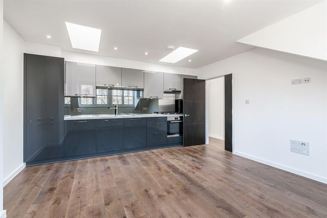3 bed flat to rent in Kyverdale Road, London