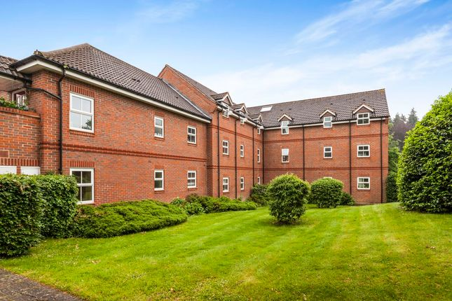 2 bed flat to rent in Talavera Close, Crowthorne RG45