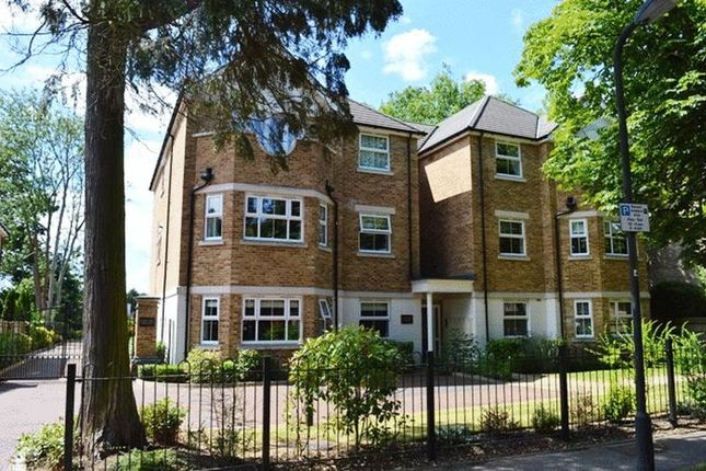 Flat to rent in Westfield Park, Hatch End, Pinner