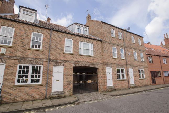 2 bed town house to rent in Aldwark, York YO1