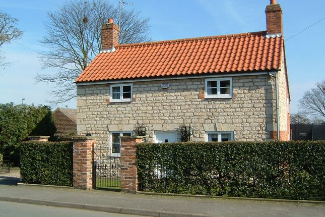 Thumbnail Cottage to rent in East Street, Hibaldstow