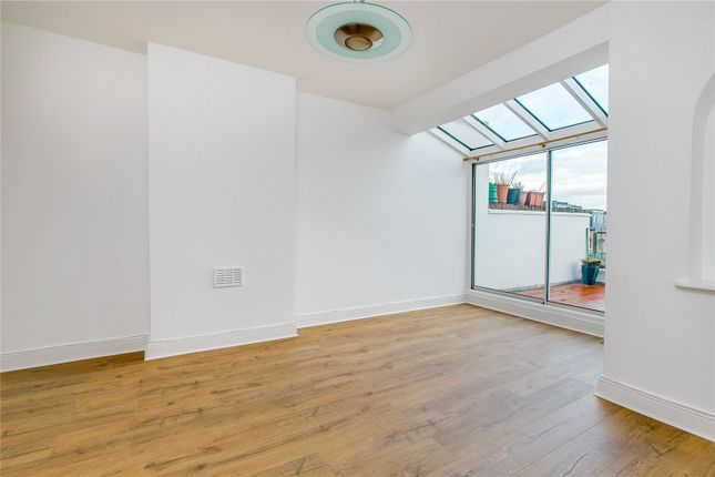 Flat to rent in Upper Richmond Road West, London