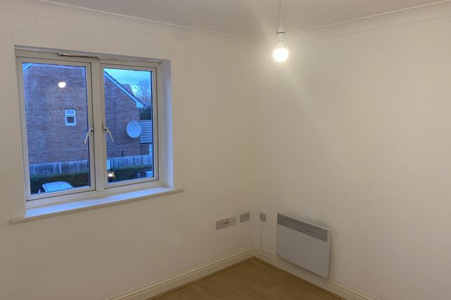 2 bed flat to rent in Old School Place, Waddon, London CR0