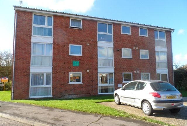 2 bed flat to rent in Rembrandt Grove, Chelmsford CM1