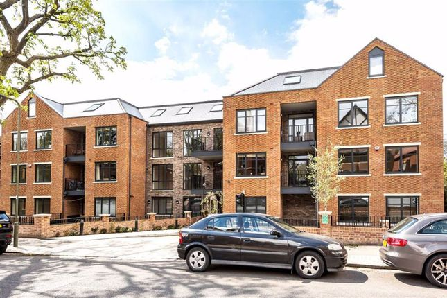 3 bed flat for sale in Holden Road, London N12