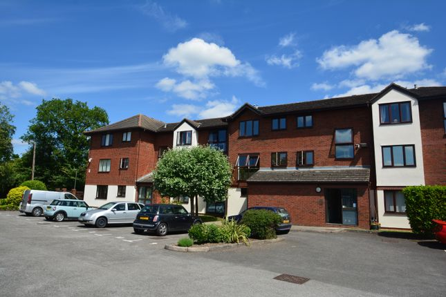 3 bed flat to rent in Wyvern Place, Green Lane, Addlestone KT15