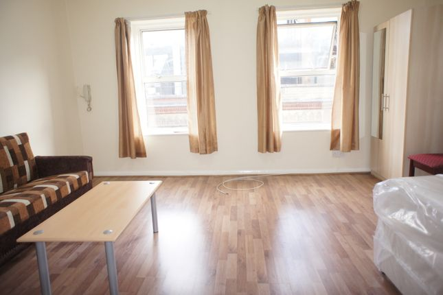 Studio to rent in Fashion St, London