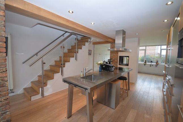 Thumbnail Terraced house to rent in Fairview Close, Romsey