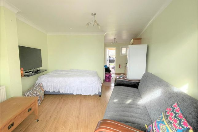 Studio to rent in Colvin Gardens, Waltham Cross EN8