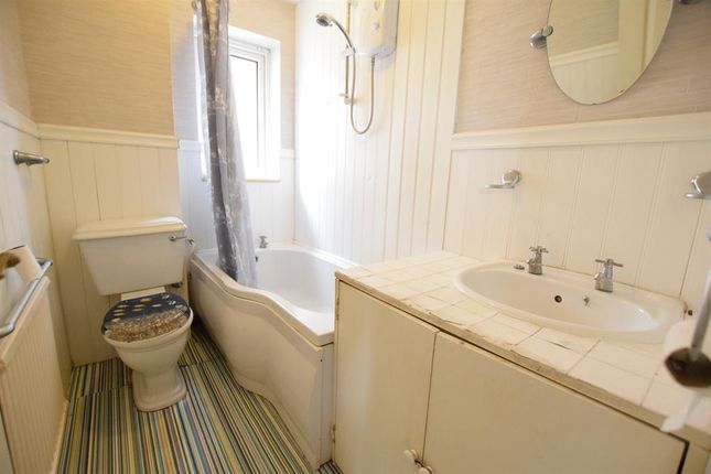 Bathroom of Worcester Close, Scunthorpe DN16