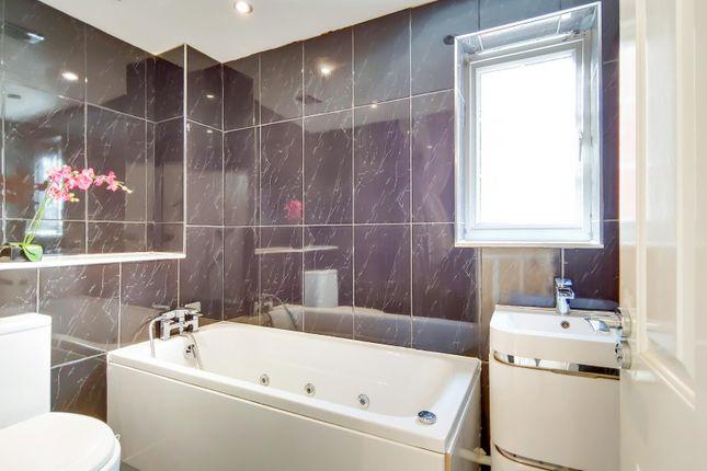 12_Bathroom-0 of Carew Close, Chafford Hundred, Grays RM16