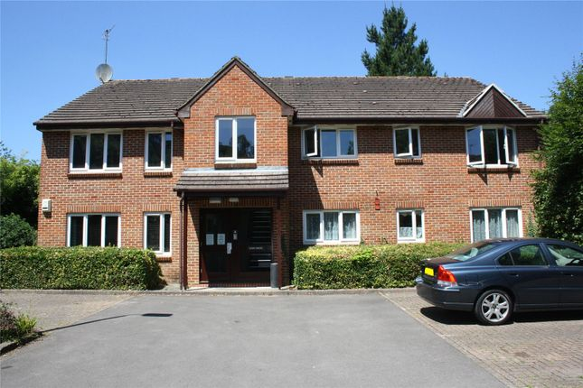 2 bed flat to rent in Tilebarn Close, Henley-On-Thames, Oxfordshire