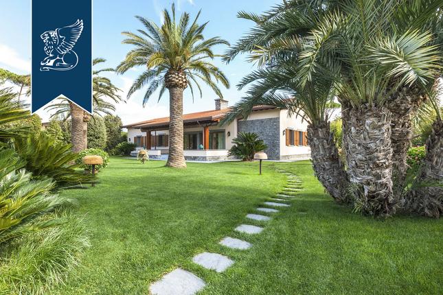 Thumbnail Villa for sale in Forte Dei Marmi, Lucca, Toscana