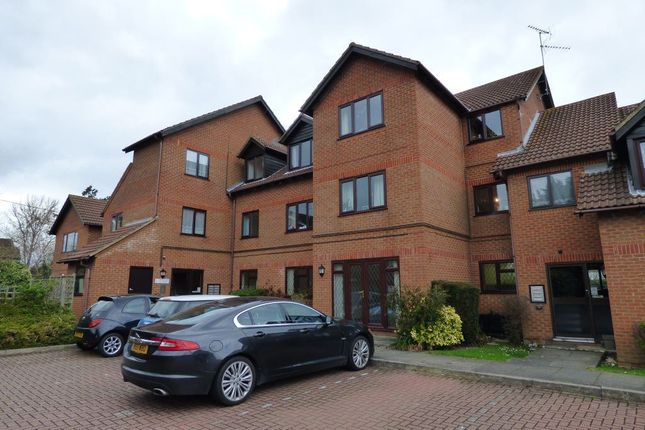 Thumbnail Flat to rent in Sadlers Court, Winnersh, Wokingham
