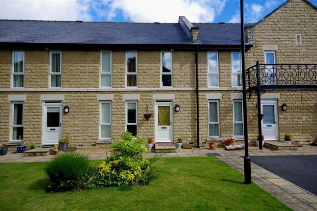 3 bed town house to rent in Princess Terrace, Charlotte Close, Halifax