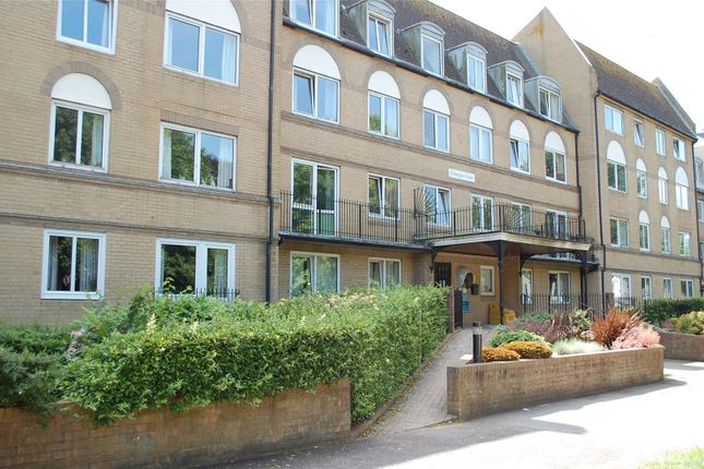 2 bed flat to rent in The Avenue, Eastbourne BN21