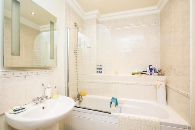 1 Bed Apt Bathroom