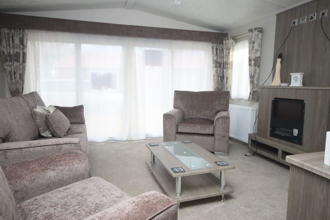 2 bed mobile/park home for sale in Crow Lane, Great Billing, Northampton, Northamptonshire