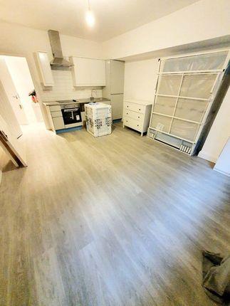 Thumbnail Flat to rent in Shepherds Bush Rd, London
