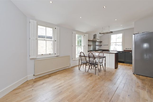 3 bed flat to rent in Dunraven Road, London